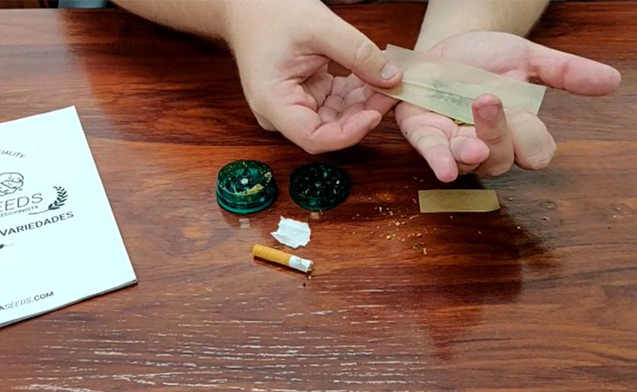 La mezcla sobre la mano y coloca el papel encima